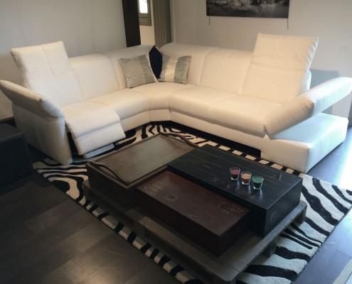 Salon DanjouBoda - Canapé d'Angle Cuir Blanc Relax, Tapis, Coussins, Table Basse Contemporaine...