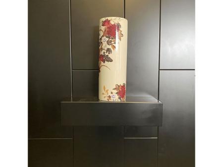 Danjouboda-Vase-blanc-style-japonais-avec-fleurs-rouge-et-bleu