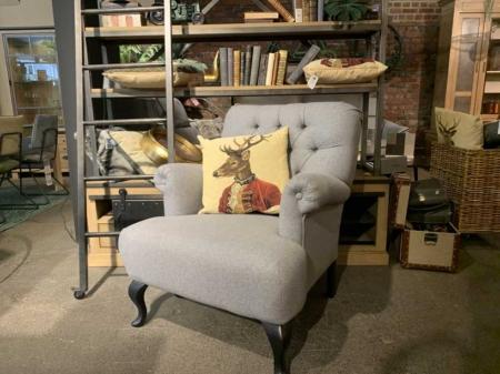 Fauteuil-stylisé-fauteuil-capitonné-cocooning-feutrine-gris-danjouboda