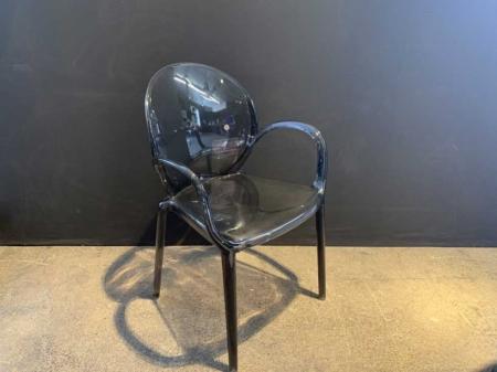 chaise-plastique-stylise-style-ancien-medaillon-tendance-danjou-boda-danjouboda